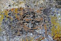 Detall de la dovella central del portal del mas, on s'aprecia la data de 1694