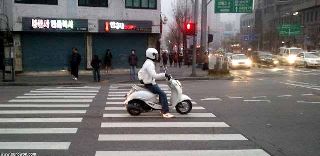 Pequeño motorista blanco coreano