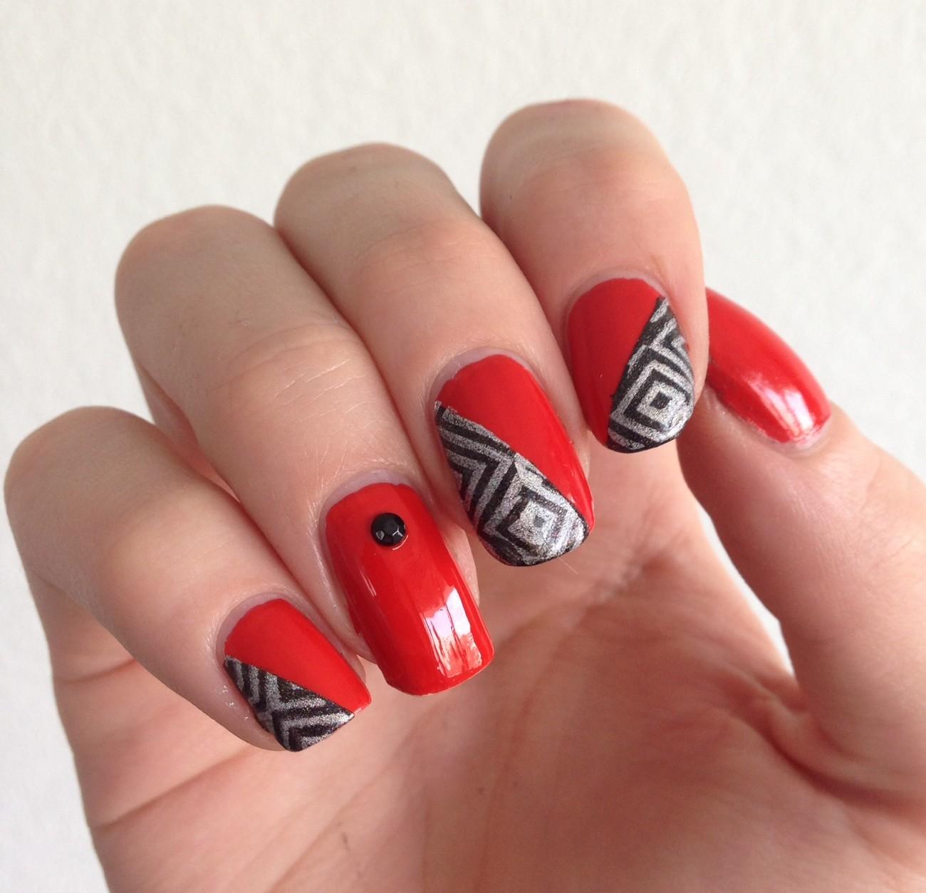 nail art géométrique rouge et noir