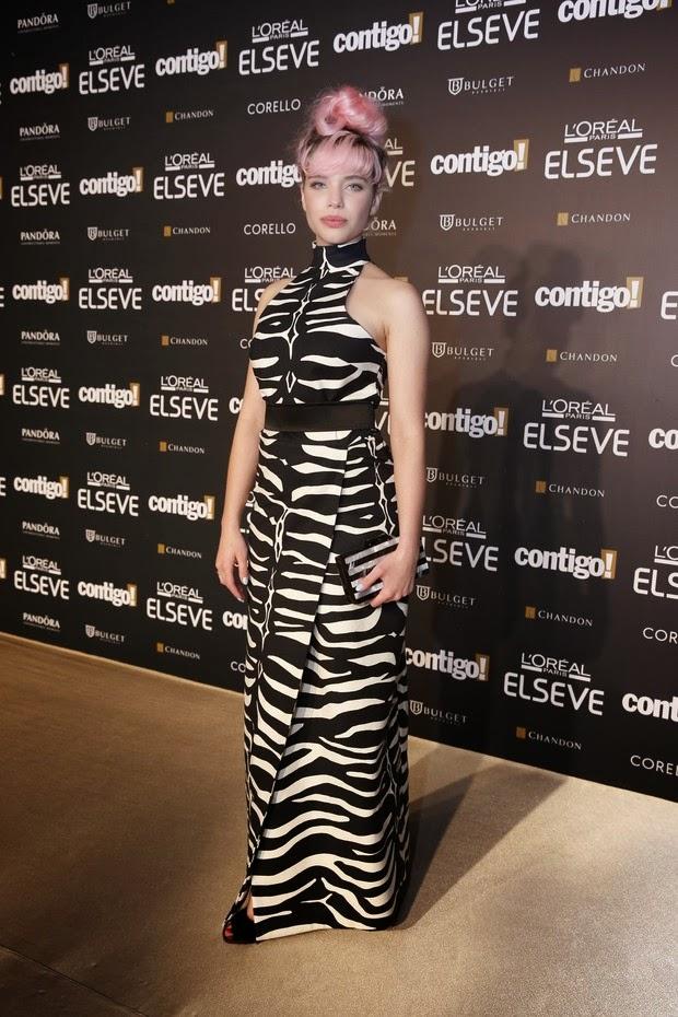 A atriz caprichou no visual: Salto alto e look de grife com estampa animal print