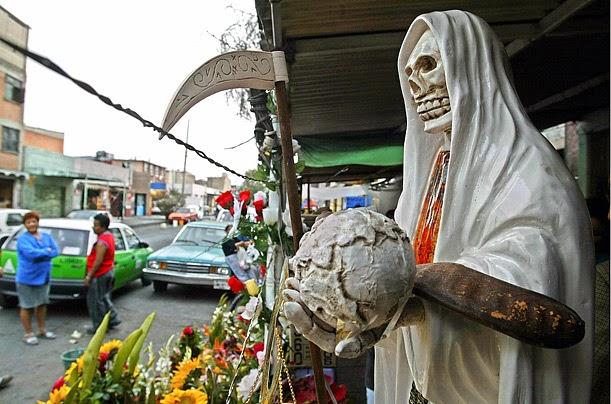 Una estatua de la Santa Muerte en Mexico