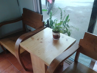 โต๊ะนั่งภายในร้านกาแฟ