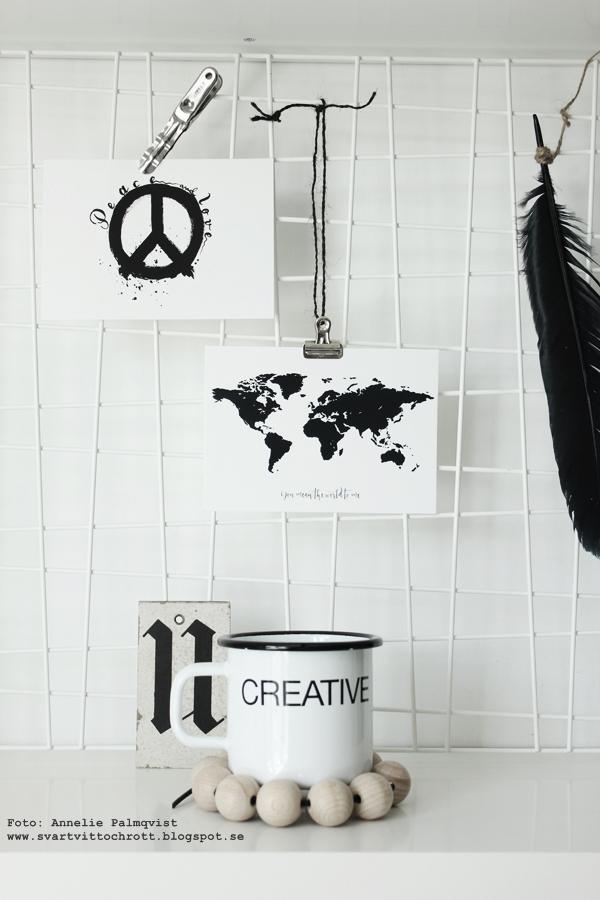 hylla med svartvita detaljer, galler med vykort, svart fjäder, trärena detaljer, eiffeltorn, webbutik, webbutiker med inredning, webshop, kors, diy, måla på bricka, vykort med världskarta, konsttryck, poster, posters, print, prints, tavla, tavlor, svartvitt, svartvit, svart och vitt, svart, vitt, vit, vita, annelies design & interior, anneliesdesign, display, korp, korpar, hänga upp på galler, hyllplan, vitt