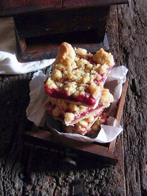 brown butter strawberry streusel bars | une gamine dans la cuisine