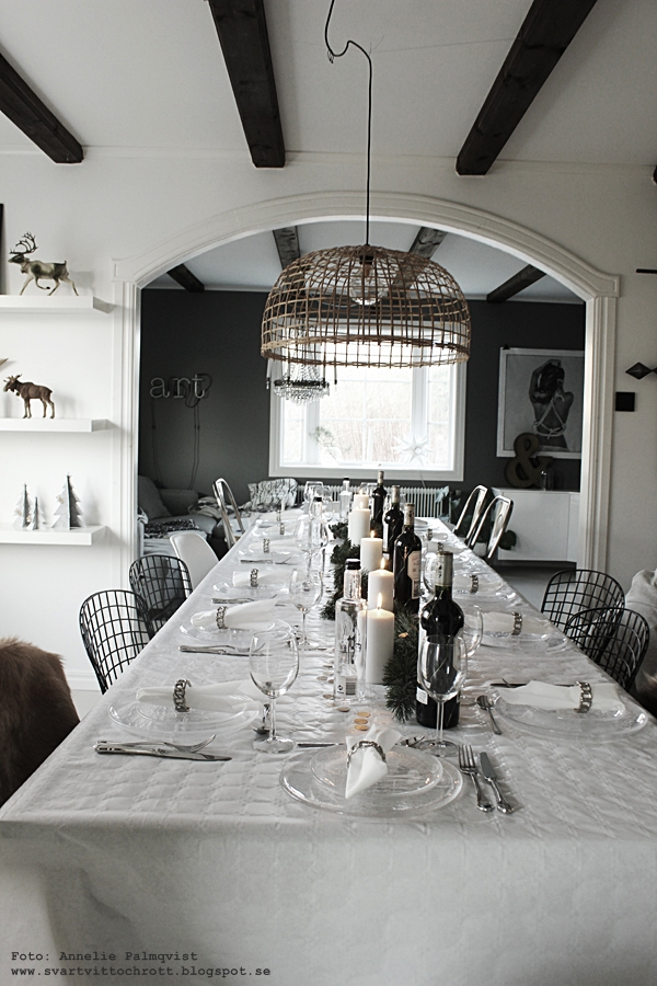 nyårsdukning, dukning, nyår, nyårsafton, vitt, silver, guld, girlang, festdukning, fest, vardagsrum, matsal, kök, köket, långbord, långbordet, svart och vitt