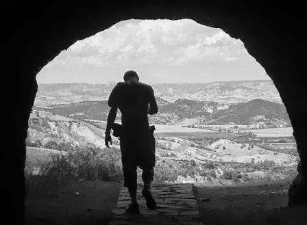 Davi na caverna de En-Gedi, quando lhe foi armado um laço oculto.