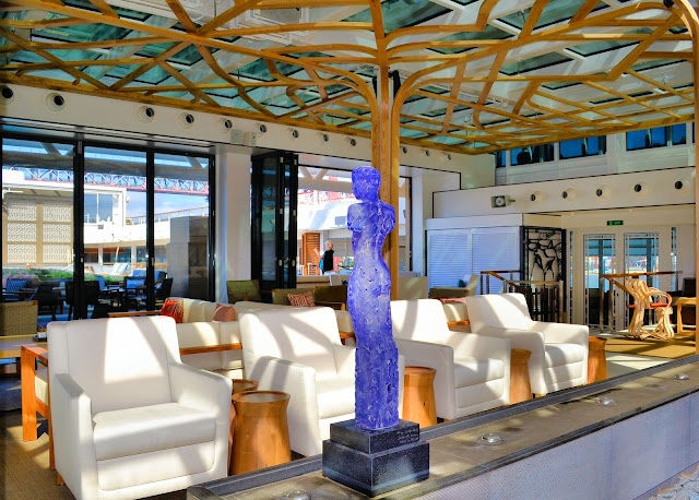 Tree-like structures continue the homage to Odin and his ravens within the Wintergarden. In the foreground, a beautiful quartz sculpture decorates a small divider between the sitting area and bar.