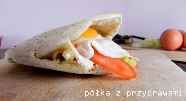 pomysl-na-sniadanie-jajko-sadzone-w-bulce-pita