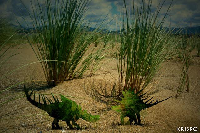 dos dinosaurios en la playa de hondarribia