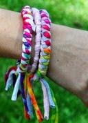 http://www.manualidadesinfantiles.org/pulseras-recicladas-con-camisetas