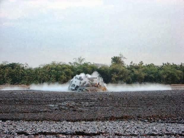 منطقة البراكين الطينية المتفجرة فى أندونسيا