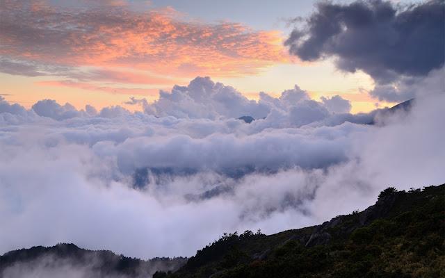 Montaña sobre las Nubes al Atardecer Imagenes de Montañas