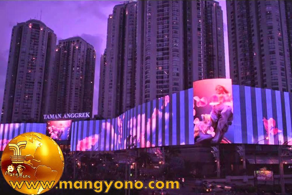 Mall Taman Anggrek di malam hari, dindingnya tanpak menyala ...