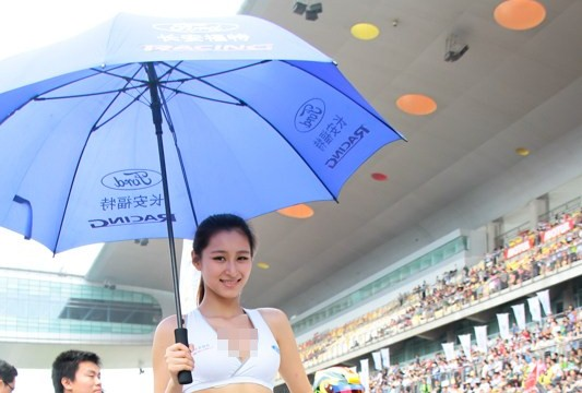 gadis cantik payung di balapan mobil