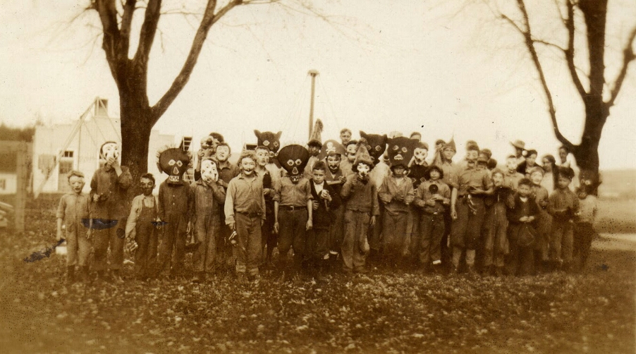 fotografia antigua de un grupo disfrazado en halloween