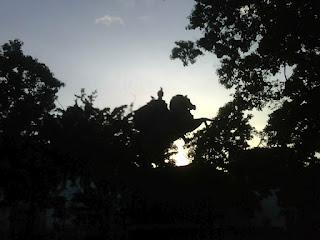 Plaza Bolívar  Venezuela De 6.00 AM a 7.AM  El  Libertador Simón Bolívar  amanece  con  bellas   palomas.  @mfdinero