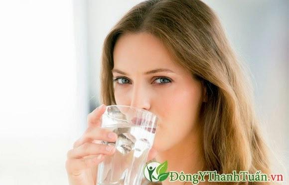 Uống nhiều nước giúp giảm hôi miệng