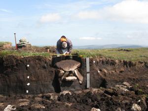 Un site préhistorique se révèle être une découverte majeure en Angleterre Un caisson funéraire de l'âge du bronze contenant des os incinérés et des artéfacts datant de 4000 ans a été mise au jour à Dartmoor.