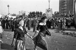 Dos mujeres cogidas de la mano en el desfile de las Brigadas Internacionales