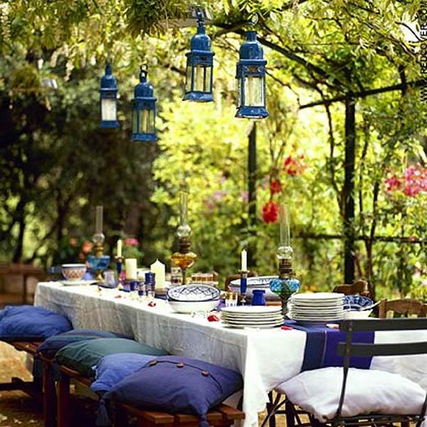 mesa decorada con encanto debajo de pergola