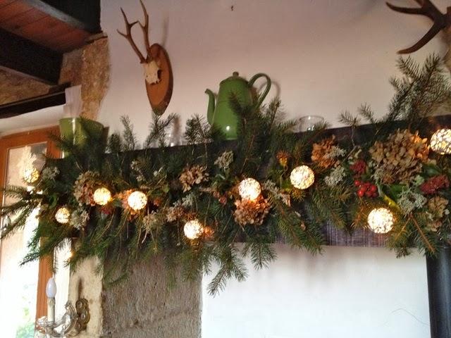nu de kerstmarkten achter de rug zijn stort ik me op de verdere kerst aankleding van het huis elk jaar heb ik een sliert nep kersttakken met lampjes aan