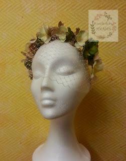 diadema de flores con velo a la cara, en tonos verde y beige