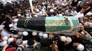 ribuan orang turut sholat jenazah dan mengantar uje