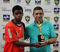 Bibi, do Botafogo, recebe troféu fair play