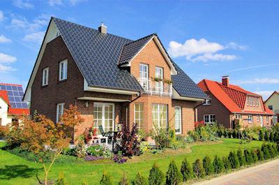 Casas bonitas y jardines con flores en el cielo azul - Houses and garden