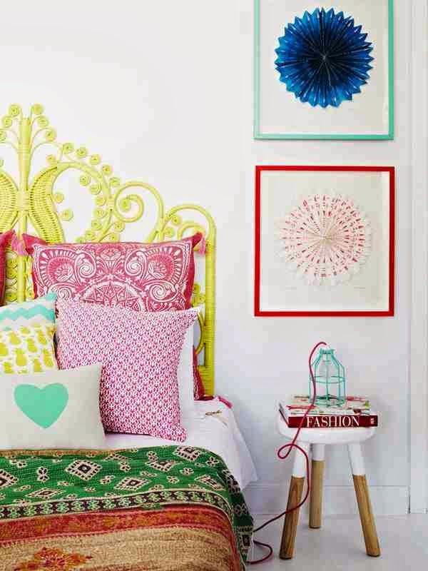Colorful interior, żółta rama łóżka, kolorowe poduszki