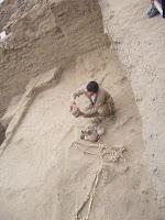 Arquólogo Ignacio Alva muestra tumba del adulto decapitado en el complejo arqueológico Ventarrón, en Lambayeque, así como huaco decapitado. Foto: ANDINA/Silvia Depaz