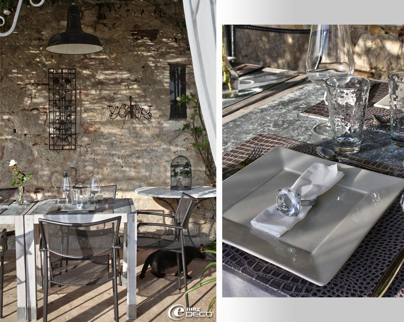 Sous une pergola, au Relais de Roquefereau, des tables en bois et plateau en zinc s'accolent pour former une grande tablée