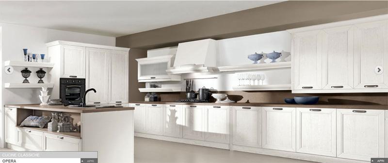 Visionare una cucina di impostazione tradizionale con ante in legno