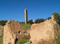 Una masia, la Torre i l'església del petit nucli rural de Merola