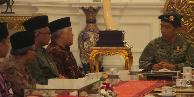 Jokowi Pakai Baju Tentara