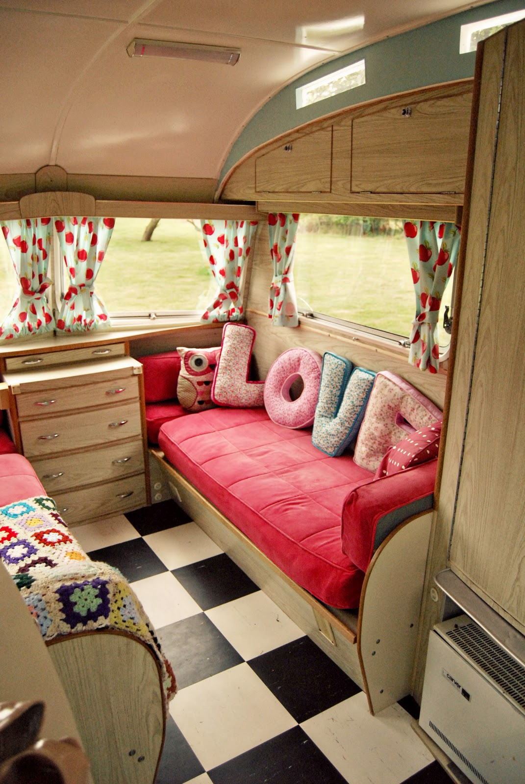 caravan revamp ideas on pinterest vintage caravans vintage caravan interiors and campers. Black Bedroom Furniture Sets. Home Design Ideas