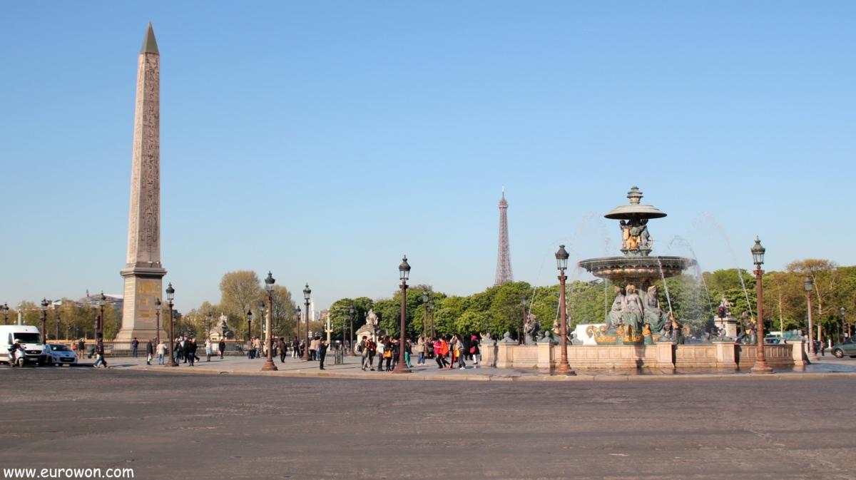 Plaza de la Concordia con obelisco de Luxor y Torre Eiffel