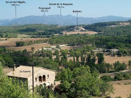 Vistes sobre La Caseta, Barbats i al fons el Serrat de la Roqueta mentre ens enfilem per les feixes de la primera