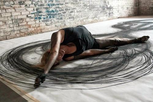 ヘザー・ハンセンはダンサー独特の彼女の体の動きを利用してレオナルド・ダ・ヴィンチの「ウィトルウィウス的人体図」のような大きな美しい木炭画を作成する。