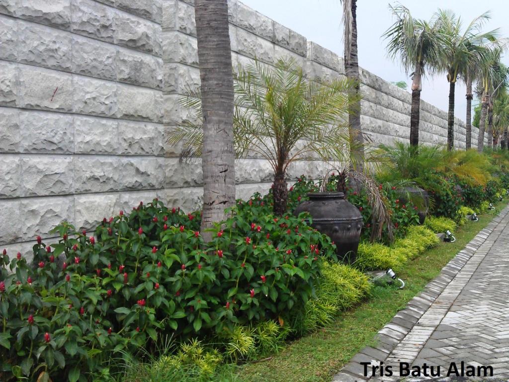 batu alam bobos kasar pada dinding pagar tris batu alam