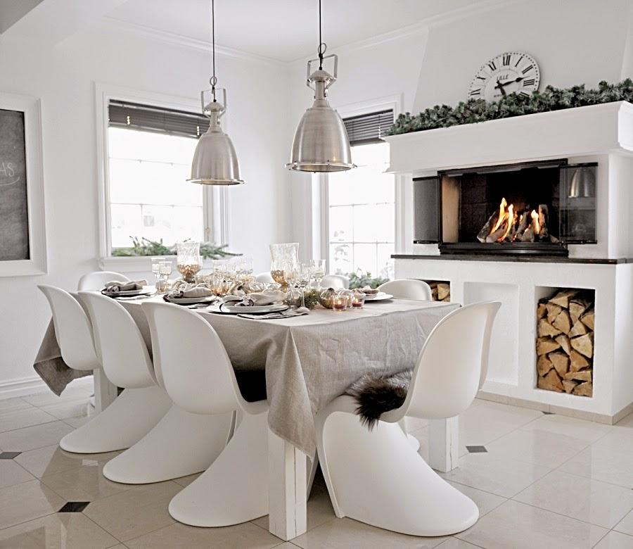 wystrój wnętrz, home decor, wnętrza, urządzanie mieszkania, scandi, nordic, styl skandynawski, święta, Boże Narodzenie, dekoracje świąteczne, białe wnętrza, jadalnia, kominek, stół