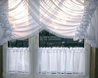 Оформляем окно на кухне легкие белые