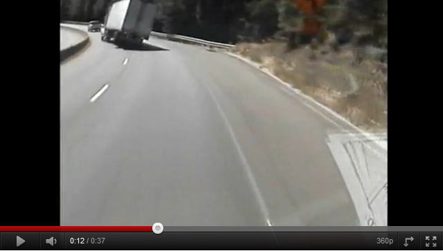videos de camiones trailer volcando en una curva