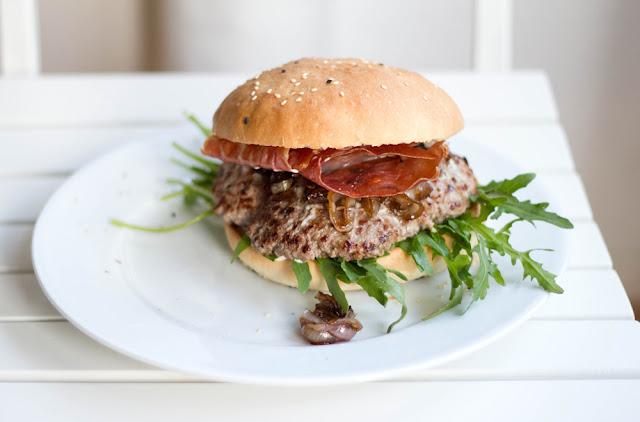 frischer Hamburger auf dem Teller - mit selbst gebackenem Brötchen
