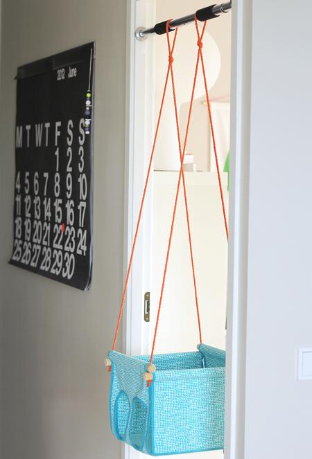 hacer nudos de lazo para colgar en el medio de las dos cuerdas y el columpio est listo