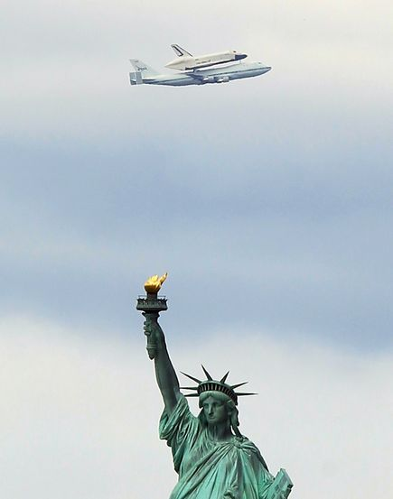 http://4.bp.blogspot.com/-aL7U3sq9AFI/T5s8OcnTMvI/AAAAAAAAEFs/AgZYXDVHpnM/s1600/space-shuttle-flies-over-nyc-enterprise-intrepid-statue-liberty_52183_600x450.jpg