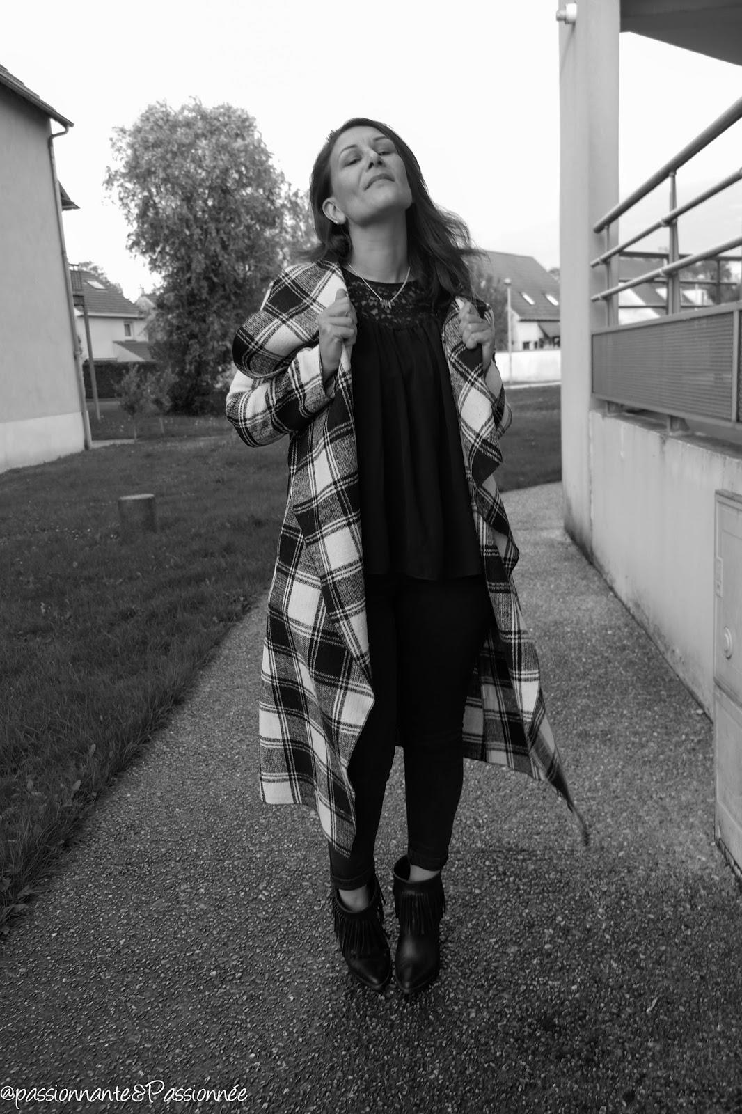 Porter le manteau long drapé