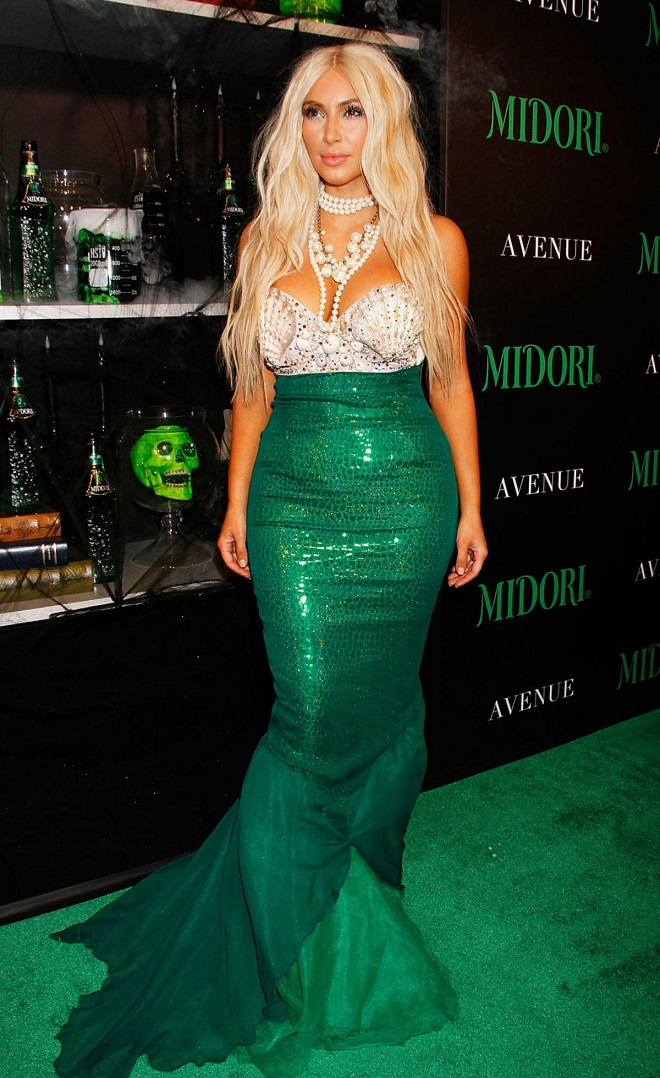kim kardashian puts her hour glass figure on display in a