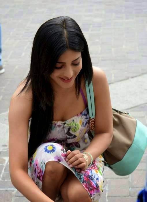 shruti hassan hot cleavage thigh wallpaper