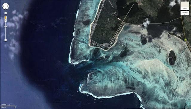 Cascada subacuática en la Isla Mauricio
